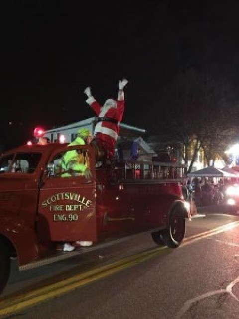 Santa Arrives in Scottsville to Lights and Sound